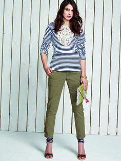 """Tailliert geschnittenes Streifenshirt """"Portola"""" mit aufwendiger Bauwollspitze und schönen #Anker-Knöpfen. Dazu die sportliche, knöchellange Chinohose """"Vadue"""" als schicke Alternative zur Jeans.  Portola Shirt http://bevonboch.com/Produkt/bevonboch/Kollektion_FS14/Portola_Langarm_Shirt.html?result=1018443?campaign=bvbpin  Vadue Hose http://bevonboch.com/Produkt/bevonboch/Kollektion_FS14/Vadue_7_8_Hose_khaki.html?result=1018637?campaign=bvbpin by Brigitte von Boch #bevonboch"""