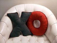 Fleece Alphabet Pillow tutorial by Crafty Nest Sewing Pillows, Diy Pillows, Throw Pillows, Bedroom Cushions, Monogram Pillows, Pillow Ideas, Decorative Pillows, Craft Projects, Sewing Projects