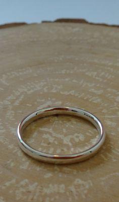 Net voor de vakantie kreeg ik de vraag van een oud docent van mij of ik een verlovingsring voor hem wilde maken. Natuurlijk wil ik dat. Na veel overleg is deze ring er uit gekomen. Een mooie, strakke en eenvoudige ring. Nu hopen dat ze ja heeft gezegd.