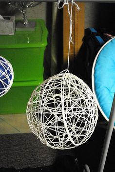 DIY yarn chandeliers. If I coat them with Glow-In-The-Dark paint they become kinda like nightlights! Straight to the kids rooms!!!