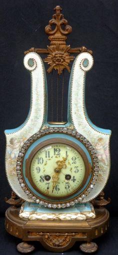 4e583bba6c6 Relogio de mesa Francês com caixa em faiança nas tonalidade branco e  turquesa - Acabamento em bronz