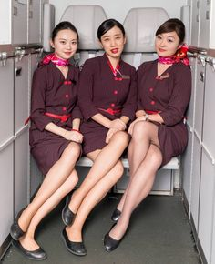 How can they fasten seatbelt? Airline Attendant, Flight Attendant Life, Beautiful Hijab, Beautiful Asian Girls, Airline Cabin Crew, Airline Uniforms, Glam Dresses, Pantyhose Legs, Asia Girl