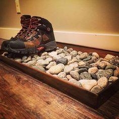 Mettez des galets dans un plateau pour vos chaussures mouillées.   37 manières d'avoir un bel appartement