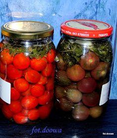 Pomidory tak przygotowane można używać do sałatek, sosów, zup czy zajadać z chlebem. Można je robić przez cały rok a jesienią jak jest ich ... Polish Recipes, Preserves, Hummus, Pickles, Salads, Food And Drink, Jar, Homemade, Canning