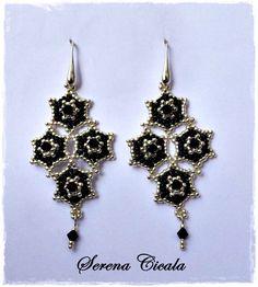 Orecchini interamente realizzati a mano con tecnica di tessitura di perline. Gli orecchini sono impreziositi da cristalli Swarovski.