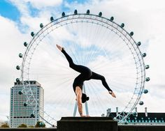 Beautiful Yoga Poses in Famous Cities The photographer Kristina Kashtanova based in London presents this nice series of athletes photos taking place in front of the objective in yoga poses in various places of England (London mainly) and in New York. The