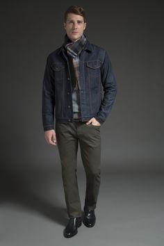 Tricô cinza sobreposto por cachecol de lã xadrez e jaqueta jeans com pesponto cáqui contrastante. A calça de sarja verde musgo resgata a referência militar e a chelsea boot finaliza com toque sofisticado.