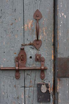 Vintage and beautiful Old Door Knobs, Door Handles, Distressed Doors, Blacksmithing Knives, Rust In Peace, Rustic Hardware, Old Keys, Knobs And Knockers, Old Doors