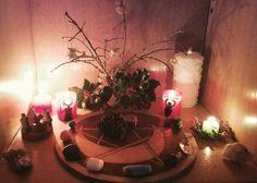 Oggi ho iniziato a preparare l'altare per yule ancora non sono soddisfatta aggiungerò cose man mano voi avete iniziato ?