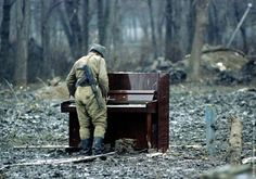 29 Powerful Pictures - In a Russian soldier plays an abandoned piano in Chechnya. Image Emotion, Jouer Du Piano, Otto Von Bismarck, Powerful Pictures, Photo Images, Images Photos, Picture Photo, Playing Piano, War Photography
