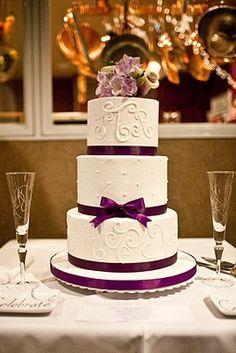 Torta de boda decorada con cintas de color púrpura. #DecoracionBodas #BodasTematicas