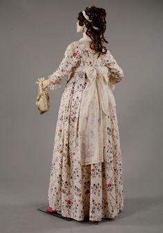 Florine. Open dress, England 1795. Back view. Fichu-echarpe. Linen batiste, silk embroidery, France 1790's. Private collection Barreto-Lancaster(back)