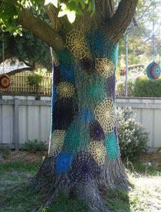 Crochet Spider Web--use different colors.earthy tones maybe. Crochet Mandala Pattern, Freeform Crochet, Yarn Bombing Trees, Guerilla Knitting, Crochet Tree, Urbane Kunst, Halloween Crochet, Outdoor Art, Tree Art