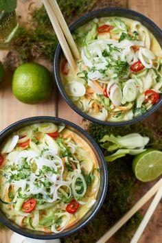 Grünes Thai Curry mit Zucchini Möhre und Pak Choi  Ohne Fischsauce ist das Rezept vegan