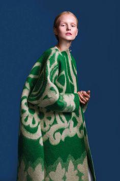 LE MANTEAU VERT / KAAMOS /MARIT ILISON Marit Ilison, artiste et styliste pluri-disciplinaire, réalise ici un manteau en laine feutrée absolument éblouissant. La photo est de Maiken Staak.