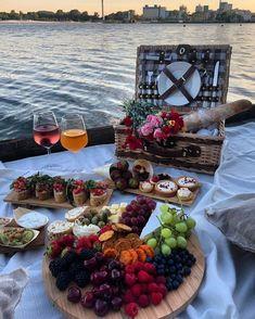 Picnic Date Food, Picnic Time, Summer Picnic, Beach Picnic Foods, Cute Food, Yummy Food, Comida Picnic, Date Recipes, Romantic Picnics