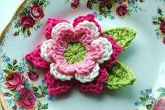 Crochet Flower in Pink and Cream van AnnieDesign op Etsy