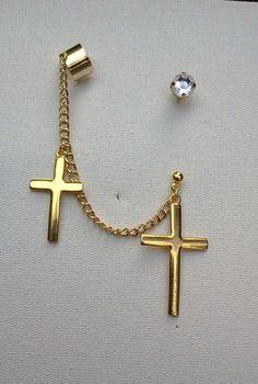 Ear cuff da moda, feito com corrente de metal dourado com pingente de crucifixo, acompanha ponto de luz para usar na outra orelha. Um acessório super fashion, em evidencia na moda. Também na versão prateada.
