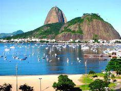 Rio de Janeiro,  Praia de Botafogo com o Pão de Açúcar ao fundo.