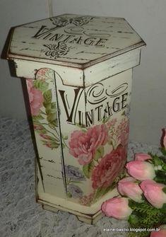 Porta papel toalha decorado com pintura shabby chic, decoupage de rosas e stencil de letras.