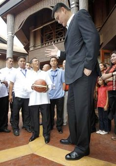 The face when the vice president of Philippines meets Yao Ming