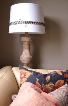SIMPLE touches to everyday home decor items give your home that Fall / Autumn feel. This is just a roll of black and natural jute that I tied around a lampshade. Click thru to see more FALL DECOR TIPS!