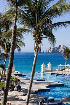 Esta es la ciudad de Cabo San Lucas. Está en el México. Muchas personas del barrio vienen aquí a nadar. También hay bares cerca de la playa y restaurantes al aire libre.
