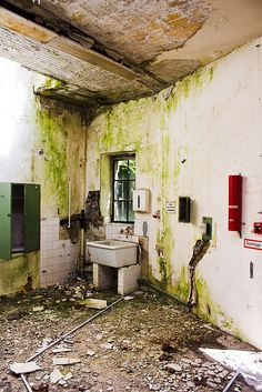 Abandoend and forgotten places in Berlin. Inside of a old hospital. Old Hospital, Abandoned Hospital, Abandoned Amusement Parks, Abandoned Asylums, Abandoned Places, Old Buildings, Abandoned Buildings, Living Place, Old Room