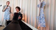 """Gevoed door haar ervaring als """"zus van"""" zingt en vertelt zangeres en theatermaker Nynka Delcour op persoonlijke, ontroerende én grappige wijze over haar complexe relatie met haar psychisch zieke broer http://www.krachtvanbeleving.nl/producties/hou-me-los/ foto Rik Engelgeer"""