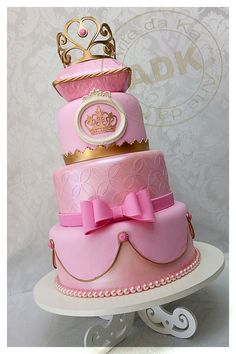 Princess cake.                                         I love her work, Karine Alves creates masterpieces, a shame that they must be cut at all!
