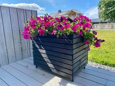 Hjemmelaget blomsterkasse med hjul. / Homemade flowerbox  Planter Boxes, Planters, Backyard, Patio, Flower Boxes, Woodworking, Homemade, Dyi, Outdoor