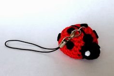 Ladybug keychain. Free pattern in Italian and English