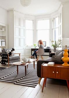 3 living rooms I love and why - Hege in France Love the architecture and the light coming in. Also rug. 3 Living Rooms, Apartment Living, Home And Living, Living Room Decor, Cozy Apartment, Small Living, Apartment Desk, Bay Window Living Room, Living Area