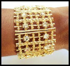 Bracelete dourado com strass. R$ 65,00
