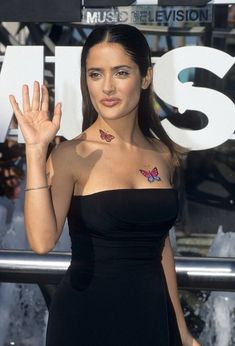View and license Salma Hayek 1998 pictures & news photos from Getty Images. 2000s Fashion, Fashion Outfits, Fashion Women, Fashion Ideas, Girl Outfits, Salma Hayek Style, Salma Hayek Pictures, Cowgirl Style Outfits, Mtv Videos