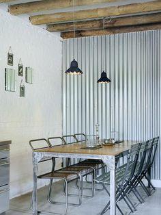 Invista nessa decoração com mesa de jantar com painel metálico.