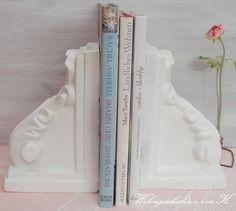 Zwei wunderschöne Buchstützen im Shabby Chic.    Sie sind gebraucht, haben auch ihre Spuren, die sie aber sehr charmant machen.