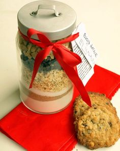 Idea carina per un regalo homemade, con tutte le indicazioni :) Christmas Time, Christmas Gifts, Christmas Decorations, Merry Christmas, Xmas, Jar Gifts, Food Gifts, Cookie Display, Cookie Jars