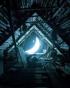 La Luna dejó el cielo, bajó al mundo terrenal y se convirtió en algo más que un satélite natural gracias al artista ruso Leonid Tishkov, quien ha viajado alrededor del mundo con suMedia Luna,una instalación luminosa en forma del astro que lo acompaña prácticamente a todos lados, por lo que la denomina: su Luna privada. …