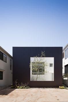 Construido por UID Architects en Hiroshima, Japan con fecha 2012. Imagenes por Hiroshi Ueda. La casa tiene por objetivo integrar el espacio en una sola habitación de 7mx7m+X. El programa cuenta con una habitaci...