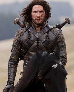 Tom Ellis en Cenred dans Merlin (Un Sakran | La Treizième Concubine, Éds Greenquill)
