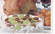 Farseret kalkun med waldorfsalat Med en faseret kalkun, så er der mad til mange - og så smager den godt også kold...