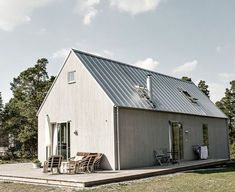 32 The Best Modern Rural House Exterior Design Ideas - Country homes have a warm, welcoming feeling. While the concept of these homes originated in the rural countryside, today country homes are located in. Modern Barn, Modern Farmhouse, Rural House, Bungalow Homes, Prefabricated Houses, Shed Homes, French Country House, Country Homes, Exterior Design