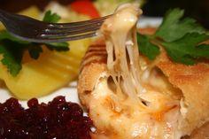 Hermelíny rozřízneme a vnitřek potřeme nastrouhaným česnekem feferonkovou pastou (kdo nemá rád ostré, použije raději pesto) a posypeme... Pesto, Baked Potato, Cabbage, Potatoes, Cheese, Baking, Vegetables, Ethnic Recipes, Food