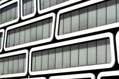 Délimité par un territoire relativement restreint, le quartier d'affaires de Stuttgart propose des perspectives urbaines esthétiques suggestives. Des bâtiments toute en verticalité se succèdent, dominés par le verre assis sur un squelette de métal et de béton. Des lignes à la pureté formelle incontestable et des formes géométriques qui se répètent comme à l'infini se télescopent.