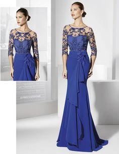 Vestido de fiesta largo azul cobalto con caída en el lateral.