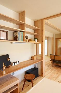 beautiful open home office with built-in desk and wooden shelves Muji Haus, Style At Home, Ideas Cabaña, Interior Architecture, Interior And Exterior, Home Office Design, House Design, Home Furniture, Furniture Design