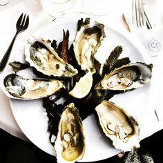 On est bien en terrasse à la Cantine du Troquet ! Très bonnes huîtres et Touraine blanc ;) Having a good sunny time at la Cantine du Troquet terrace! So tasty oysters and white Touraine wine:) #parisianblackbook #parisfood #parisblogger #foodblogger #instafood #instagood #oysters #sunnyday #parisrestaurant #foodlover #yummy #lacantinedutroquet