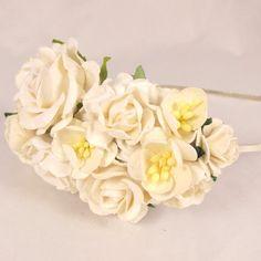 Hårbøjle med hvide blomster til brud eller konfirmation
