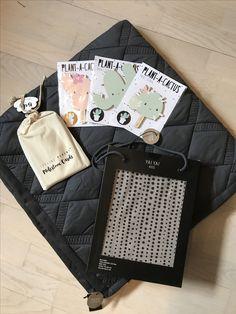 Lækre produkter fra YAI YAI og Prik&Streg. Bestående af: Sengelinned, legetæppe i neutrale farver og Milestone Baby kort og pynte trækaktus 🌵